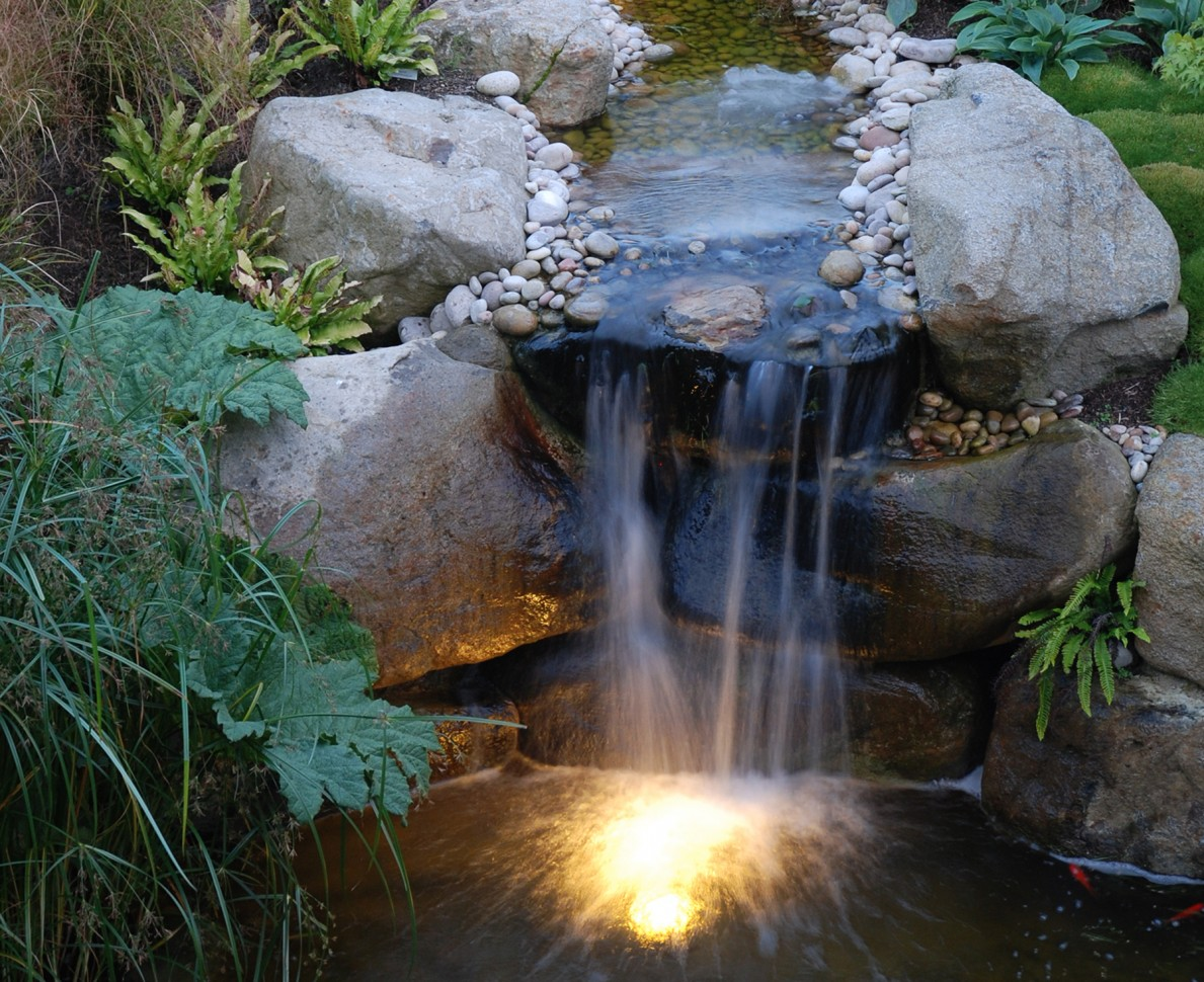 Beautiful traditional style water feature - Modern Japanese Garden