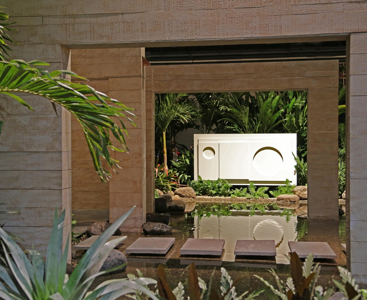 Walls acting as frames for the sculpture at Philadelphia Flower Show 2014