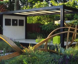 RHS Chelsea 2007 Cancer Research UK garden with oak sculpture