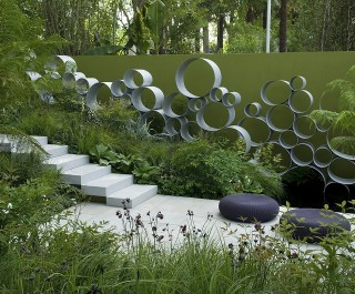 RHS Chelsea 2008 Steps With Modern Wall Design And Greenery